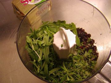 Lägg kryddörter och tranbär i matberedaren