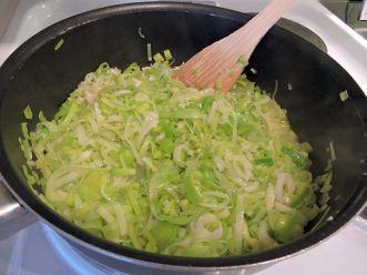 Kikärts- och purjolökssoppa 3 fräs purjo och vitlök