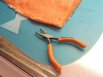 Laxtång - mycket praktisk för att dra bort ben ur fisk