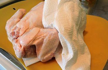 Skölj kycklingen och klappa den torr med hushållspapper