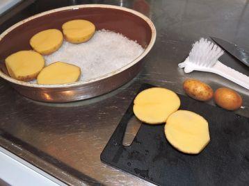 Saltbakade potatishalvor 2 skrubba och dela potatisen