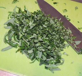 Rosmarin - repa bladen och hacka dem
