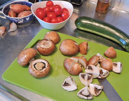 Saute champinjoner zucchinin tomater 2