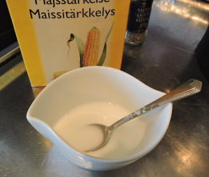Rör ut majsstärkelse i kallt vatten